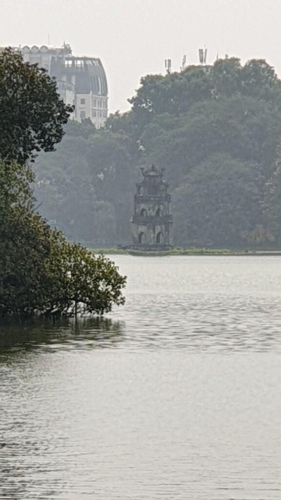 Jezero Hoan Kiem s věží Thap Rua